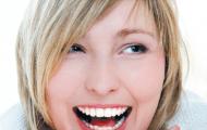 Uống rượu vang ngừa sâu răng và viêm họng